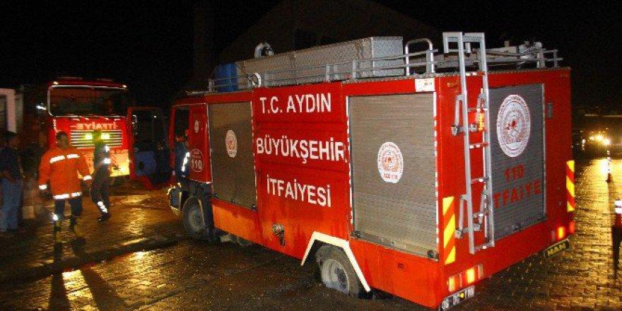 Aydın'da yollar Çöktü, İtfaiye Ve Temizlik Kamyonu Yola Saplandı