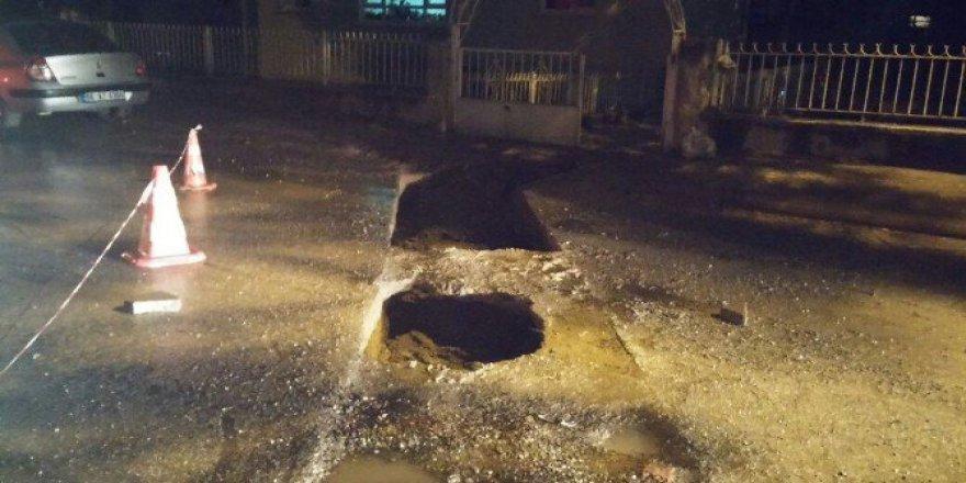 Ankara'da Sağanak Yağış Nedeniyle Yolda Çökme Meydana Geldi