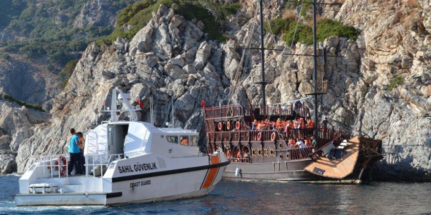 Muğla, Marmaris'te 45 turist taşıyan tekne kayalıklara çarptı