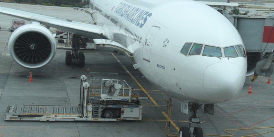 THY uçağına bagaj yükleme aracı çarptı!