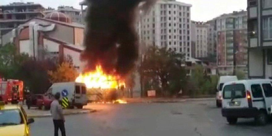 Eyüp'te park halindeki servis minibüsü alev alev yandı
