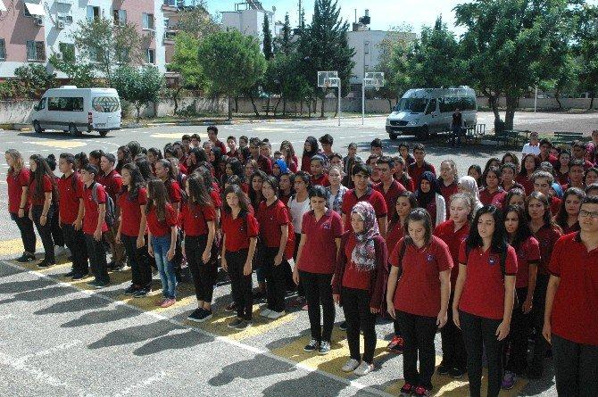Liseli Gençler Okuldaki Törene Yakalarında 15 Temmuz Şehitlerinin İsimleriyle Katıldılar