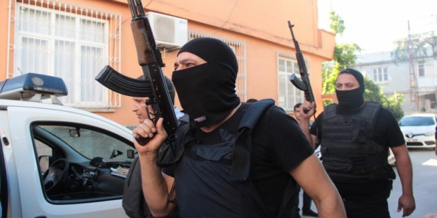 Adana'da bir zanlı cezaevine girmemek için polis ile çatıştı
