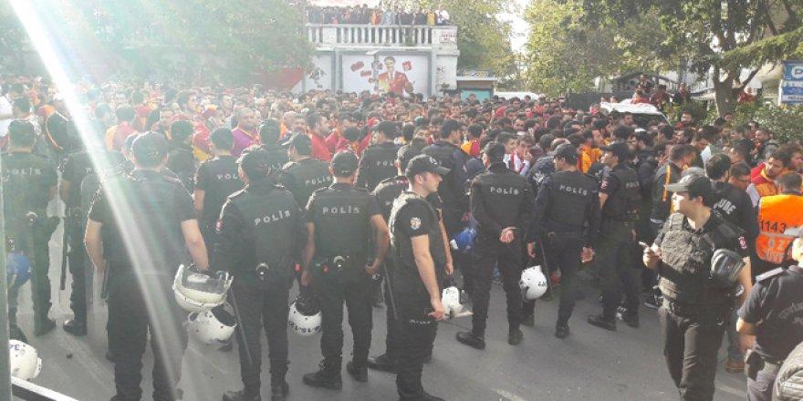 Yasak ardından Galatasaraylı taraftarlar Taksim'de toplandı