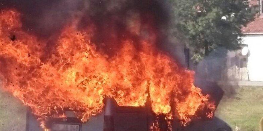 Samsun'da hareket halindeki kamyonet alev alev yandı