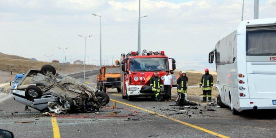 Kayseri'de otobüsle çarpışan otomobil takla attı: 1 ölü, 4 yaralı