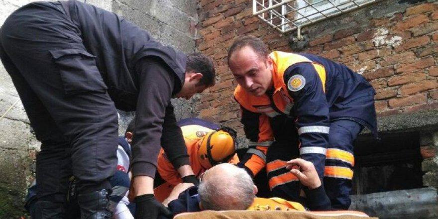 Zonguldak'ta baca temizlemek için çıktığı çatından kömürlüğün üzerine düştü
