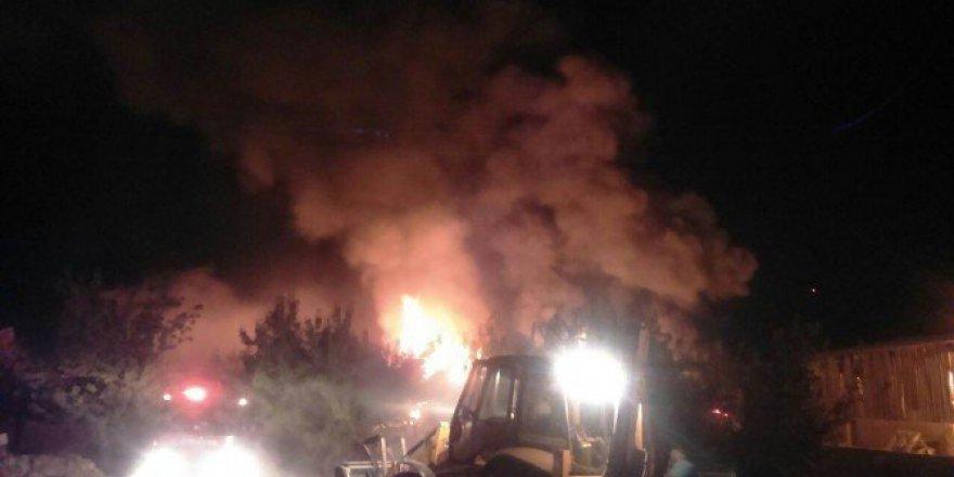 Gaziantep'te Tutkal Fabrikasında Kontrol Altına Alınamayan Yangın!