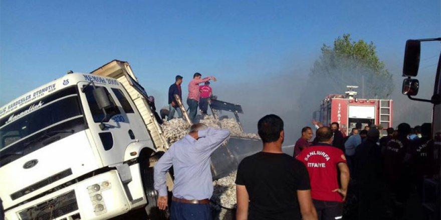 Şanlıurfa'da devrilen pamuk yüklü kamyon alev aldı