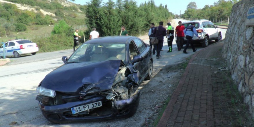 Kocaeli'de lüks cip otomobille çarpıştı: 2 yaralı