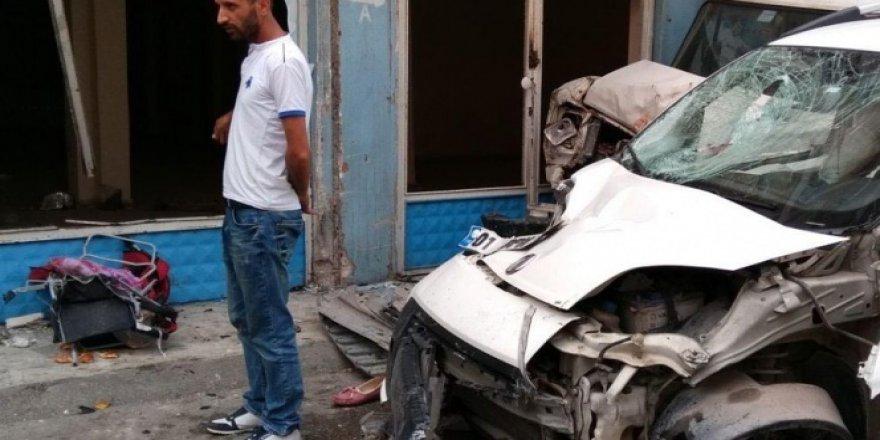 Adana'da kaldırıma çıkan araç, çocuk arabasına çarptı: 1 ölü, 4 yaralı