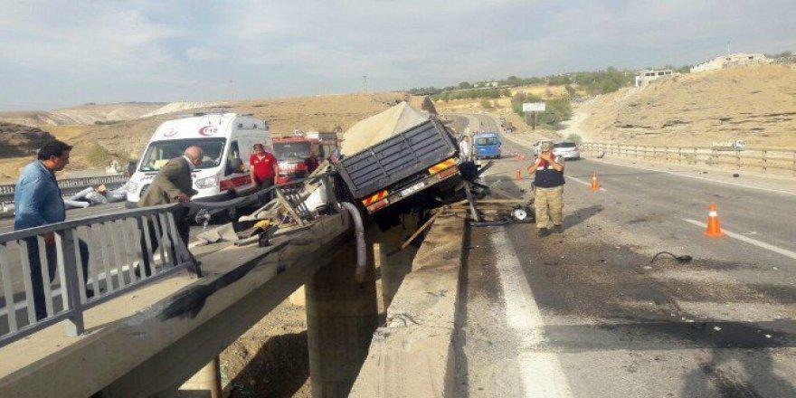 Adıyaman'da Tır Köprünün Bariyerlerine Çarptı: 1 Ölü 1 Yaralı