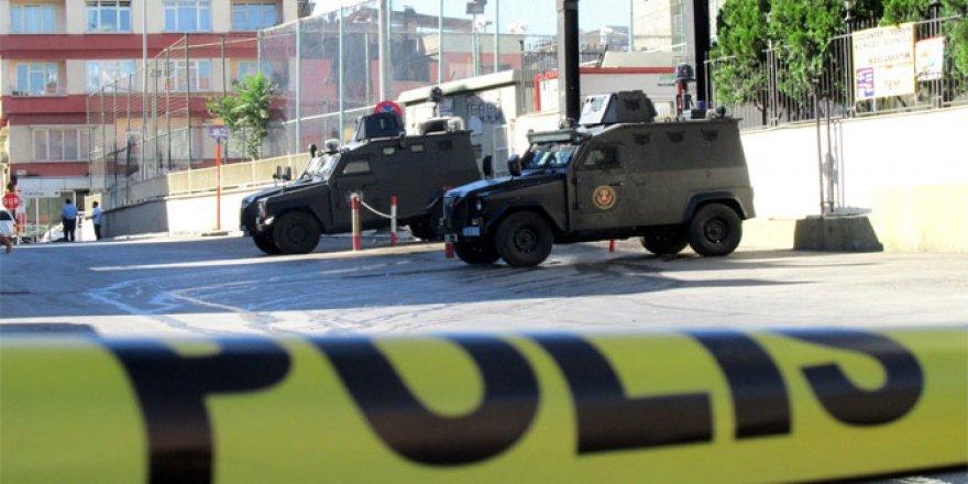 Diyarbakır'da valilik önünde bekleyen polis ekibine silahlı saldırı: 1 yaralı