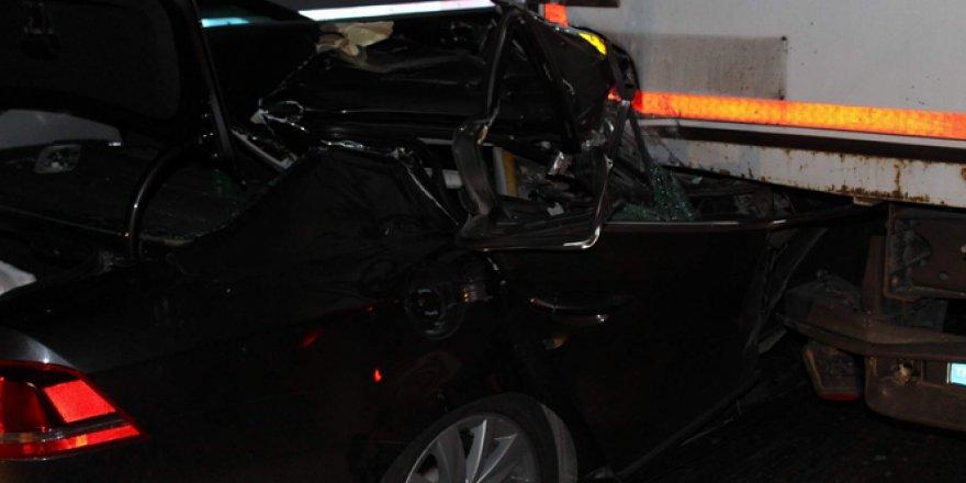 Afyonkarahisar'da otomobil TIR'ın altına girdi: 1 ölü, 2 yaralı
