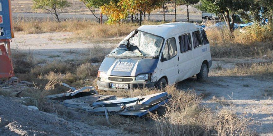 Niğde'de işçi taşıyan minibüs takla attı: 13 yaralı
