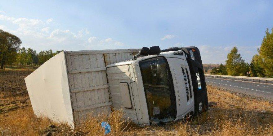 Sivas, Yıldızeli'de Mobilya Yüklü Tır Devrildi: 1 Yaralı