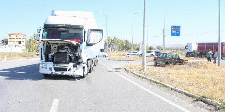 Sivas, Gemerek'te Tır İle Kamyonet Çarpıştı: 1 Yaralı