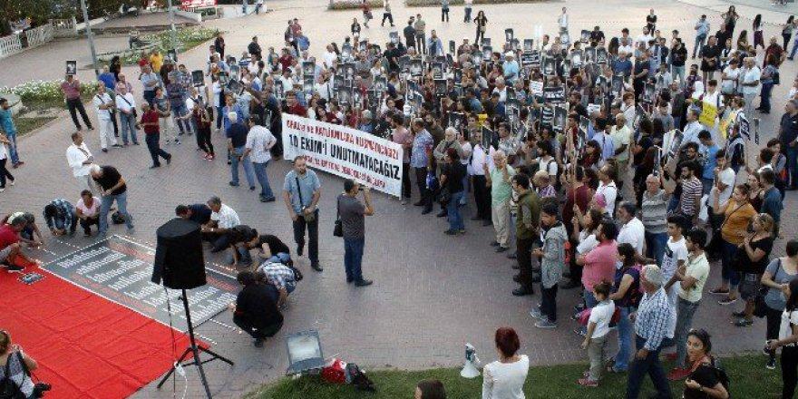Ankara Garı'nda Hayatını Kaybedenler Antalya'da Karanfillerle Anıldı