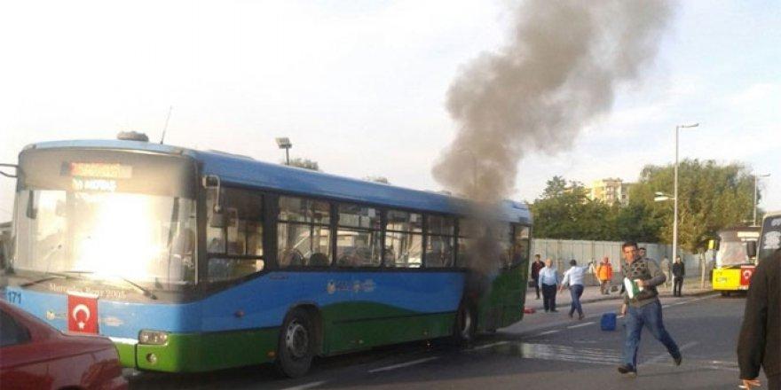 Belediye otobüsünde çıkan yangın korkuttu!
