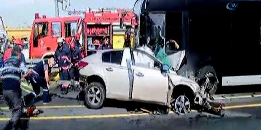 İstanbul'da feci kaza! Metrobüs yolu karıştı!