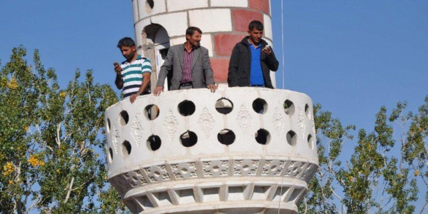 Muş'ta telefonla konuşmak için caminin minaresini kullanıyorlar