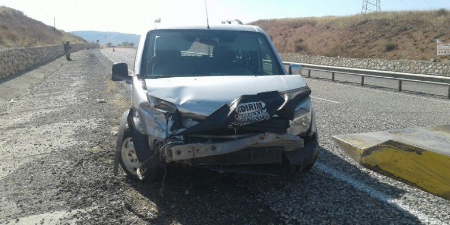 Adıyaman'da Hafif Ticari Araç Bariyere Çarptı: 3 Yaralı