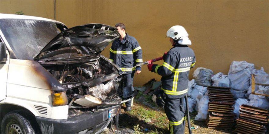 Kocaeli'de park halindeki araç yandı