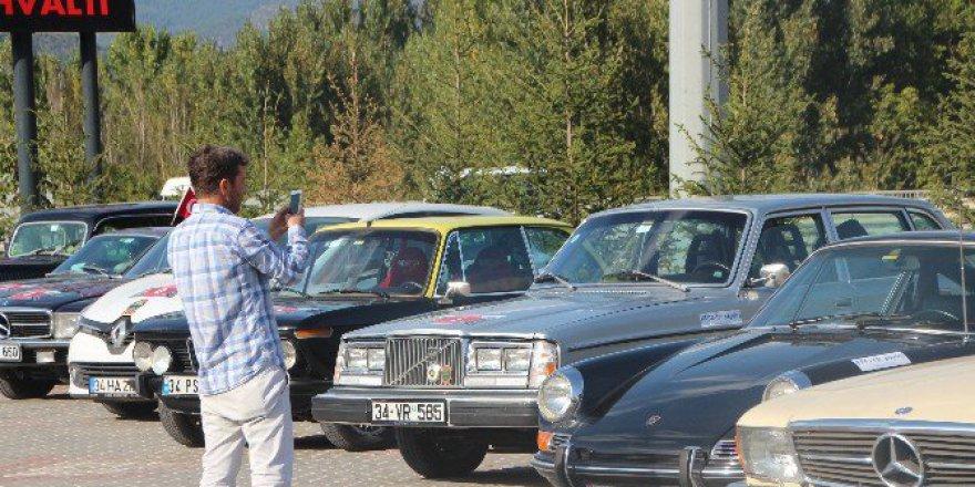 Bilecik'te Klasik Otomobiller Görenlerini Hayran Bıraktı