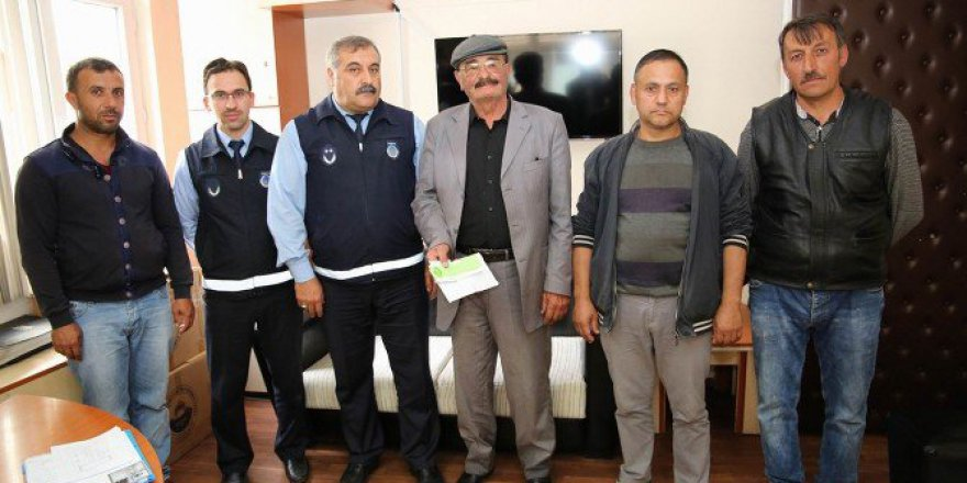 Sivas'ta Bir Vatandaş Yolda Bulduğu 100 Bin Liralık Çeki Zabıtaya Teslim Etti