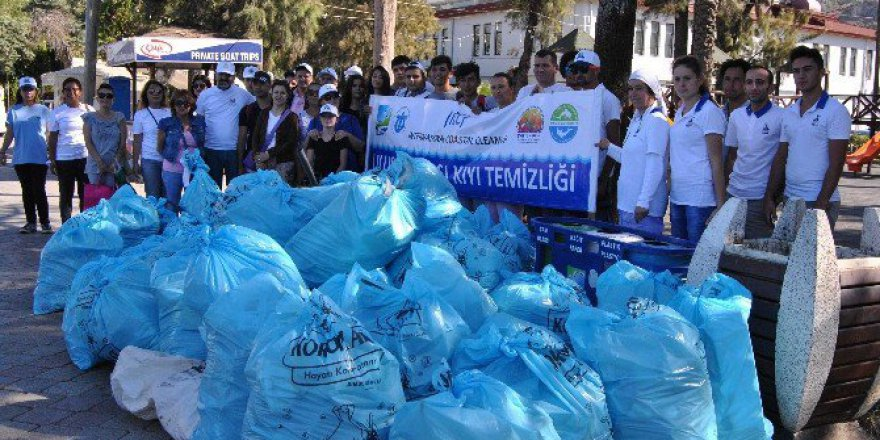 Fethiye'de Deniz Kıyısındaki Atıklar Toplandı
