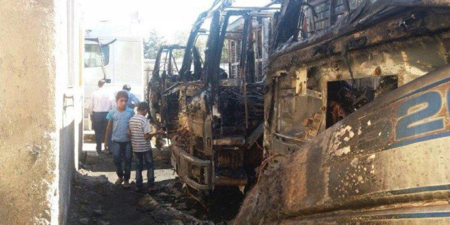 Şanlıurfa, Eyyübiye'de 3 Kamyon Yanarak Kül Oldu