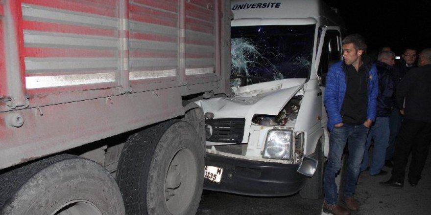 Samsun'da Minibüs Park Halindeki Tır'a Çarptı: 1 Yaralı