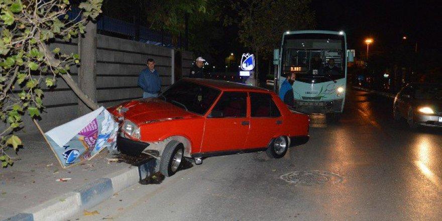 Manisa, Yunusemre'de Halk Otobüsü İle Otomobil Çarpıştı: 2 Yaralı