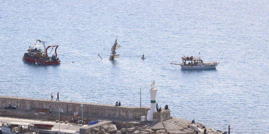 Antalya'da 2 Kişiye Mezar Olan Tur Teknesi Karaya Çıkarılıyor