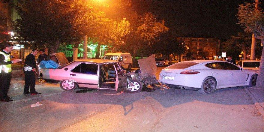 Karaman'da Otomobil Park Halindeki Lüks Araca Çarptı: 2 Yaralı