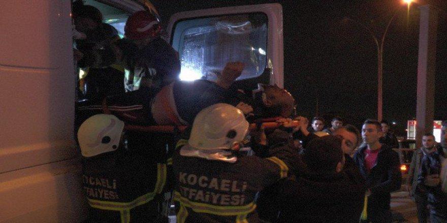 Kocaeli'de Yön Tabelasına Girdiren Tır'ın Sürücüsü Ağır Yaralandı