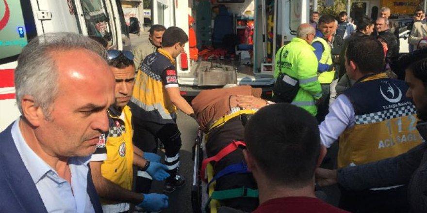 Sakarya'da ters yöne giren otomobil yayalara çarptı: 2 yaralı