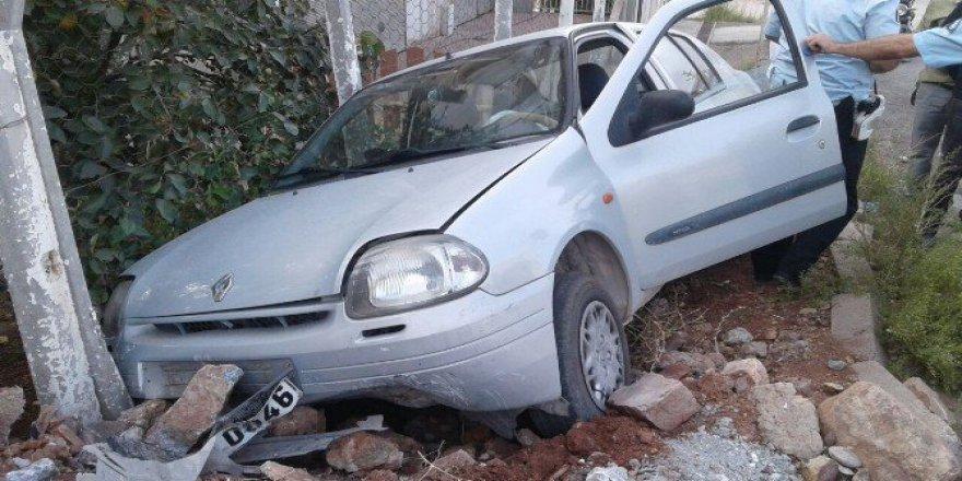 Adıyaman, Gölbaşı'ndaOtomobil Kaldırıma Çıktı: 2 Yaralı