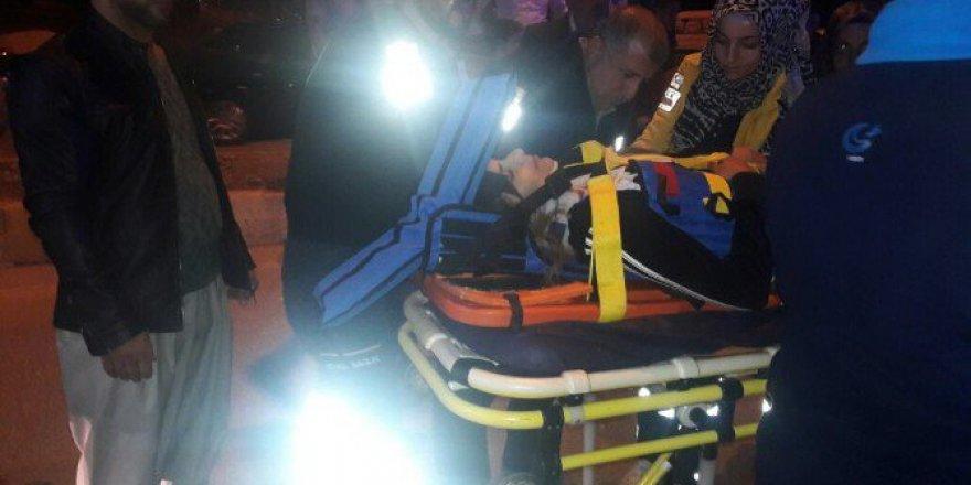 Adıyaman'da Kamyonet İle Otomobil Çarpıştı: 2 Yaralı