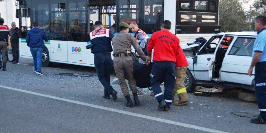 Balıkesir, Ayvalık'ta Otomobil Otobüse Arkadan Çarptı: 1 Ölü, 1 Yaralı