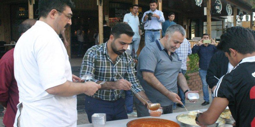 Bülent Erleblebici vatandaşlara bedava yemek dağıttı