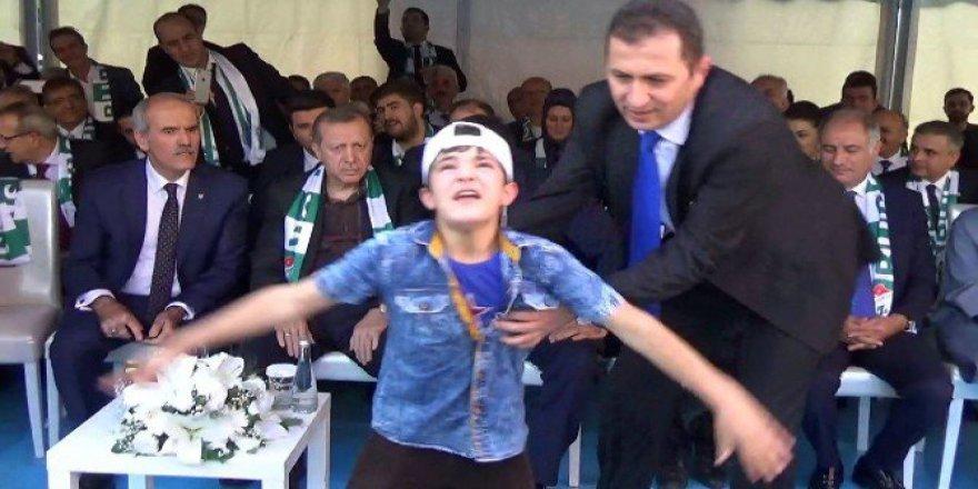 Esat Aleyhine Slogan Atan Genç Cumhurbaşkanı Erdoğan'a Sarıldı