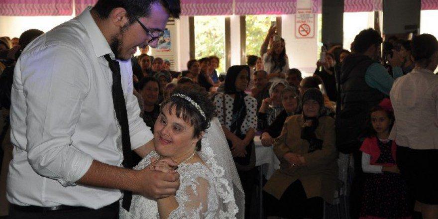 Down Sendromlu 46 Yaşındaki Reyhan Eriş'in  Düğün Hayali Gerçek Oldu