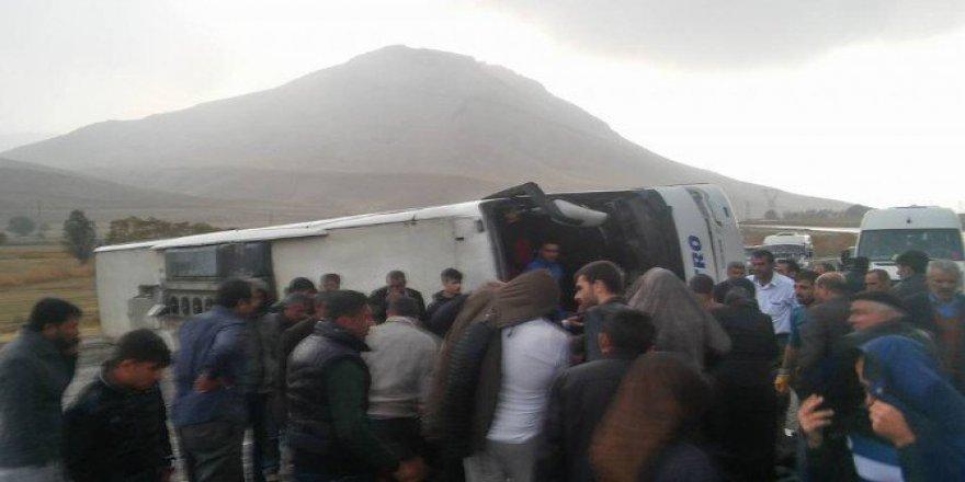 Van, Gürpınar'da Otobüs Devrildi: 7 Yaralı