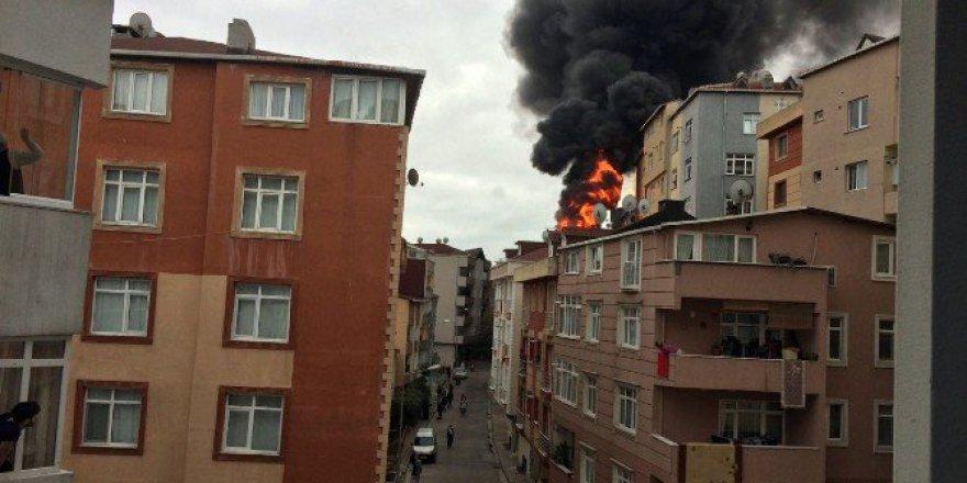 Kağıthane'de Binanın Çatısı Alev Alev Yandı