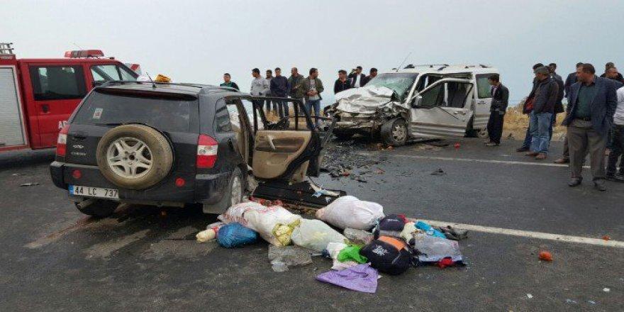 Bitlis, Tatvan'da İki Araç Kafa Kafaya Çarpıştı: 2 Ölü, 5 Yaralı