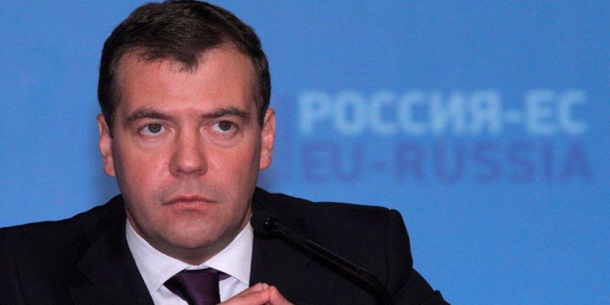 Dmitriy Medvedev'in katıldığı forumda patlama sesleri