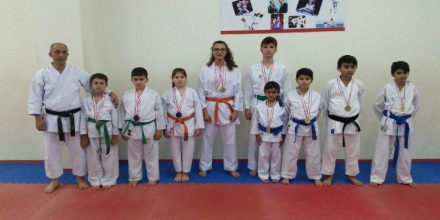 Karate Cumhuriyet Kupası Müsabakalarında Ereğli 14 Madalya Kazandı