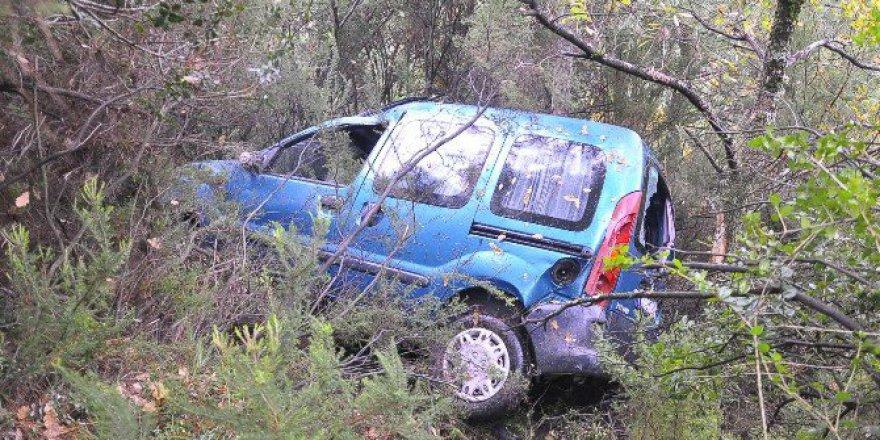 Zonguldak'ta Hafif Ticari Araç Uçuruma Yuvarlandı: 2 Yaralı
