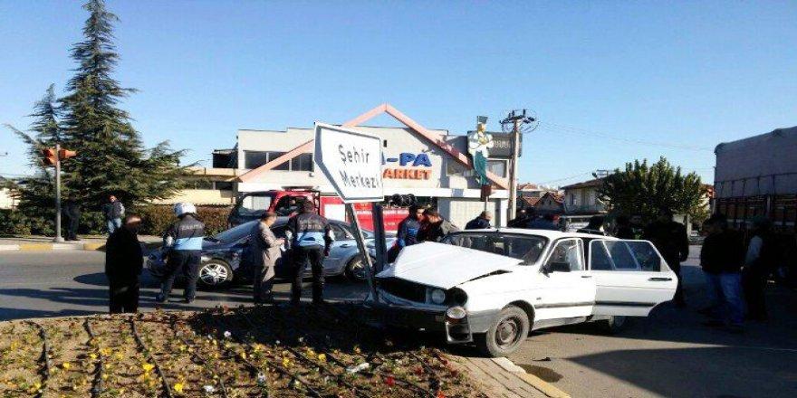 Manisa, Salihli'de İki Otomobil Çarpıştı: 2 Yaralı